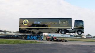 Caminhão salta sobre carro da F1 e bate recorde